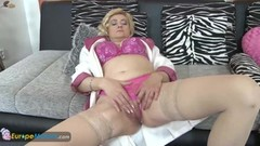 Old Blonde Lady plays with herself Thumb