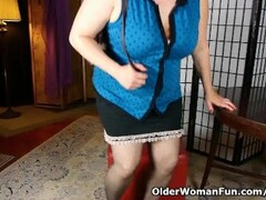 Chubby mom needs to take care of her pussy after work Thumb